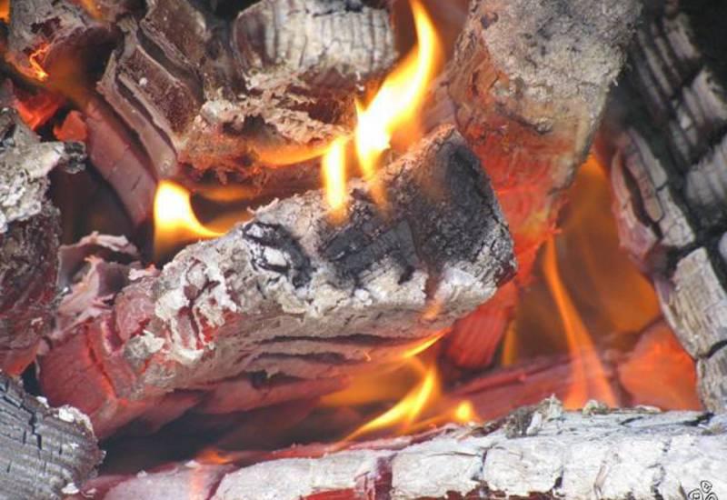Как разжечь угли для кальяна на улице или природе с помощью костра